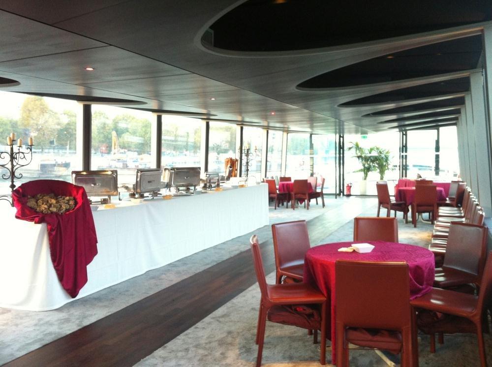 Repas entreprise sur une spacieuse péniche restaurant groupe Boulogne 92