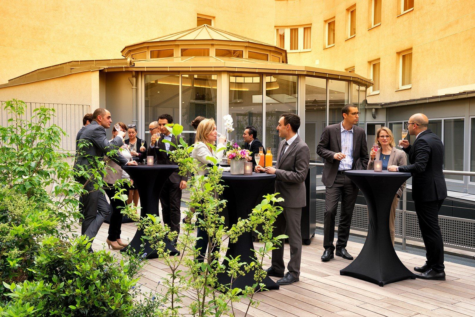 Cocktail dinatoire dans un lieu chic et contemporain avec terrasse privative restaurant groupe
