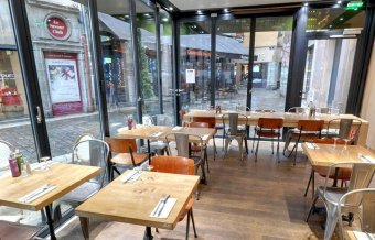Diner assis dans un restaurant à la décoration de bistrot moderne restaurant groupe