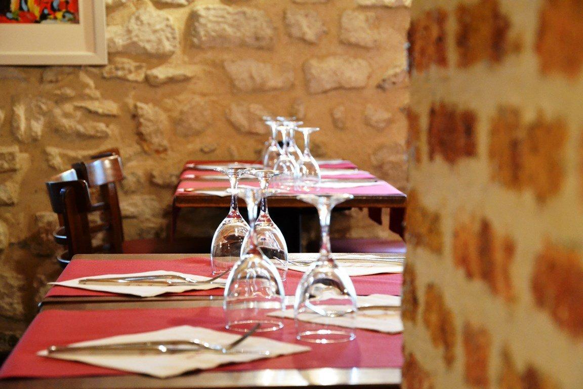 Repas entreprise dans un restaurant chaleureux Place du Tertre à Montmartre restaurant groupe Paris 18