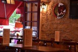 Repas entreprise dans un restaurant chaleureux Place du Tertre à Montmartre restaurant groupe PARIS 18 75