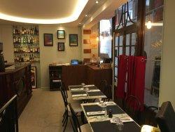 Repas dans dans ambiance chaleureuse pour les amoureux du vin restaurant groupe Paris 8