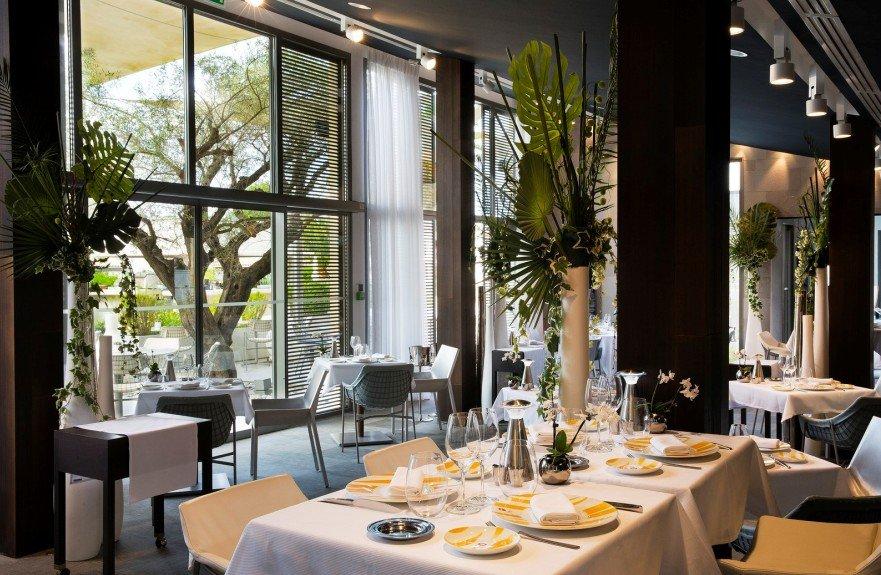 Repas entreprise dans un cadre élégant et design restaurant groupe SAINT TROPEZ 83