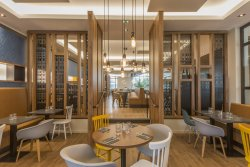Repas entreprise dans un restaurant aux lignes épurées et couleurs tendres restaurant groupe SERRIS 77