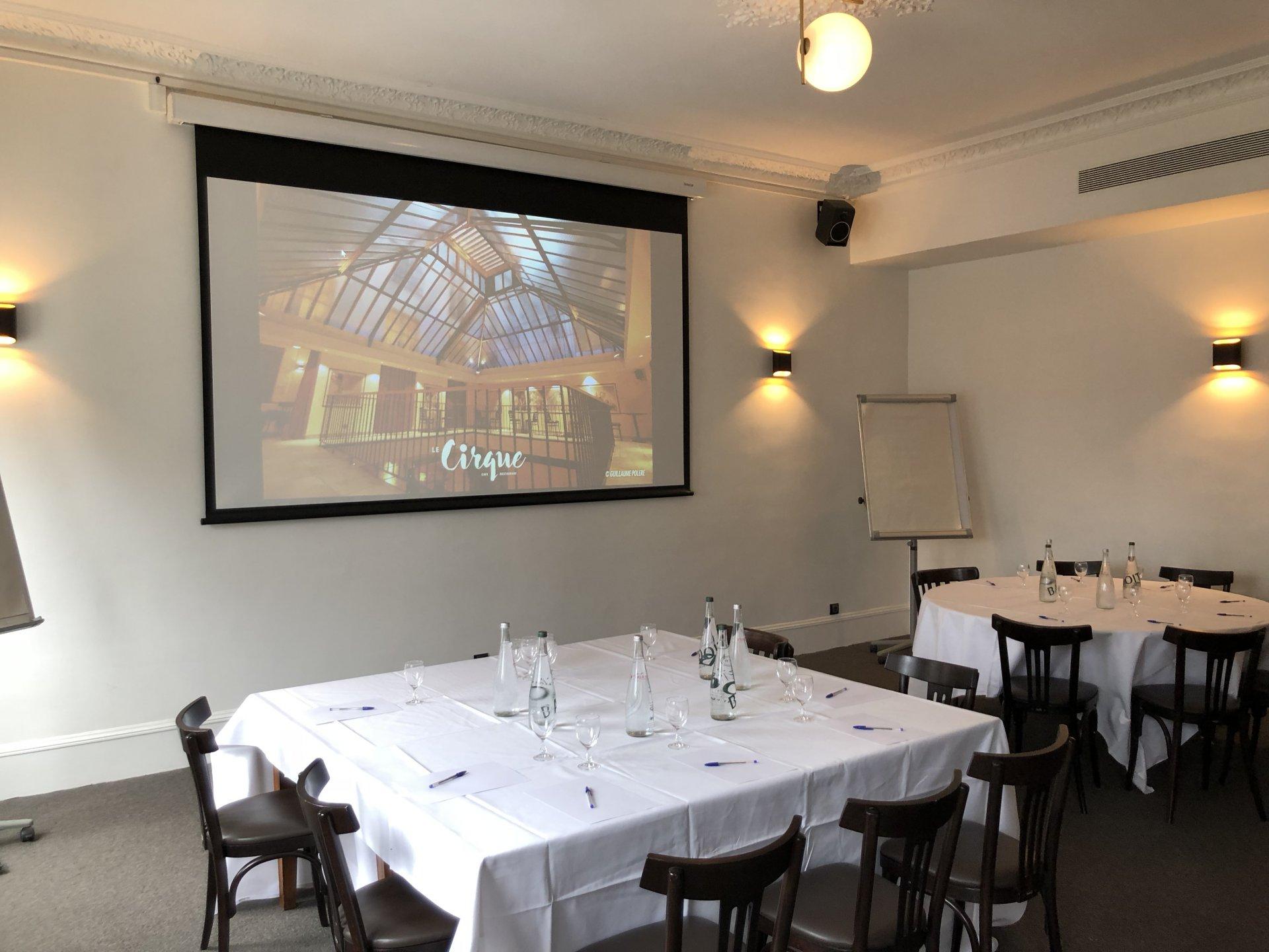 Repas entreprise dans un h�tel particulier ambiance feutr�e au d�cor inspir� du Cirque contemporain restaurant groupe Paris 4