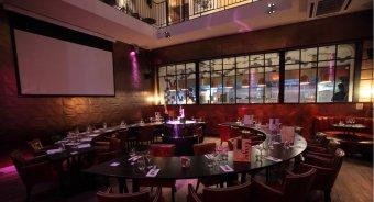 Repas entreprise dans un hôtel particulier ambiance feutrée au décor inspiré du Cirque contemporain restaurant groupe Paris 4