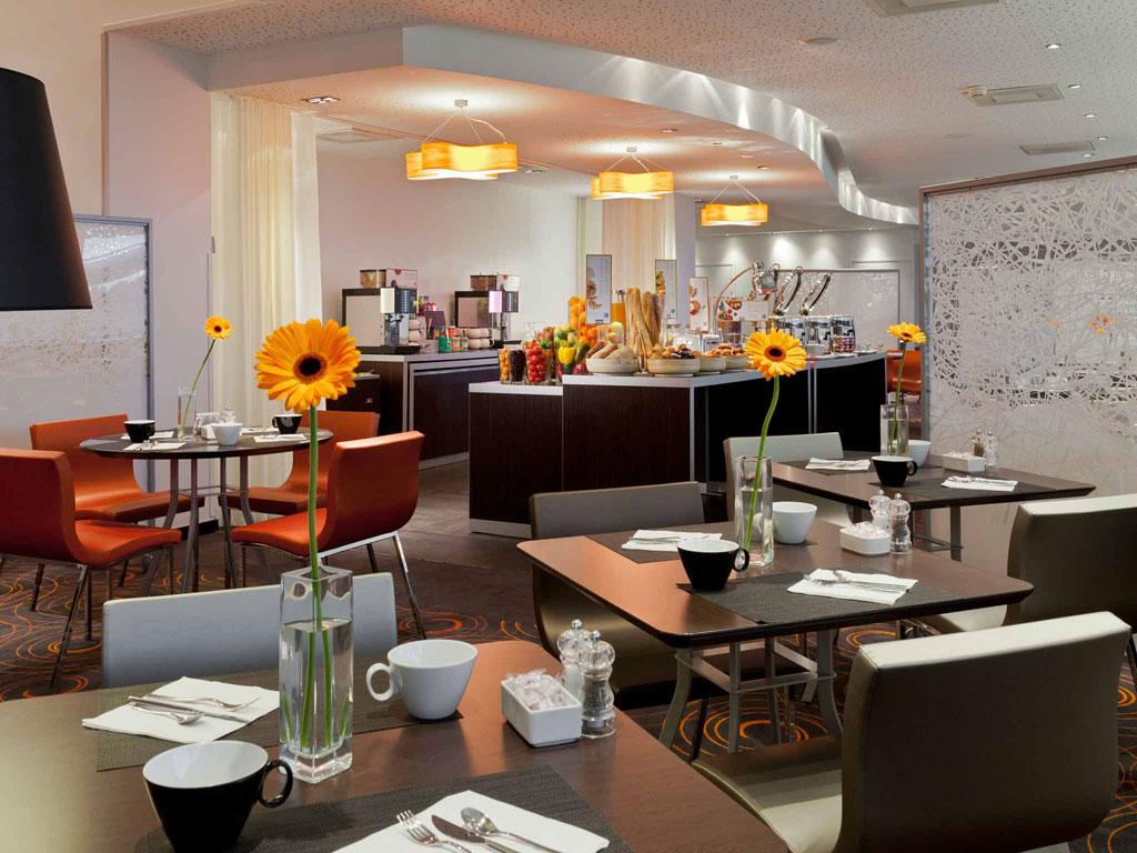 Cocktail dans un salon avec vue panoramique dans le quartier de La Défense restaurant groupe